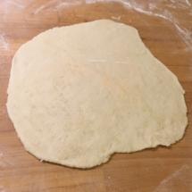 Cercle de pâte abaissé : le naan est prêt pour être cuit...