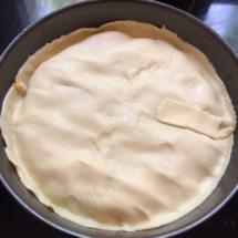 Remplir le moule avec les abricots et recouvrir avec la pâte