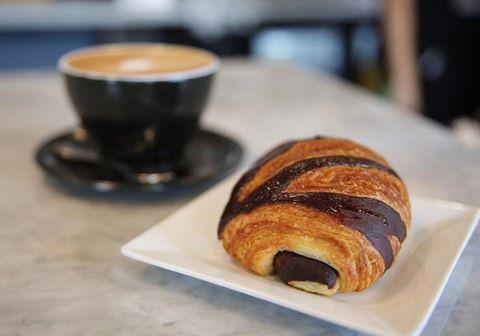 pain au chocolat et café au Café Ficelle